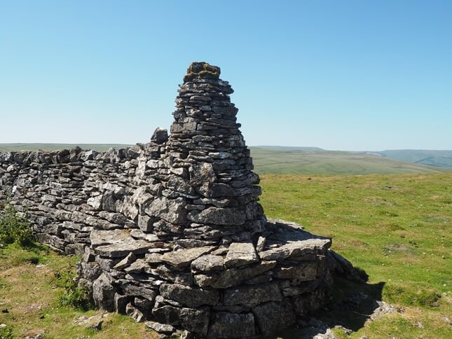 The cairn and seat at south-eastern corner of the summit plateau