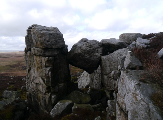A half fallen boulder on Great Wolfrey Crag