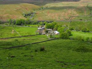 Aisgill Farm and viaduct