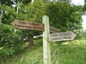 Footpath sign at the western end of The Shawl