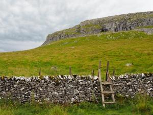 The stile I used to head up on to Warrendale Knotts